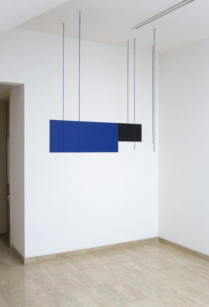 WALTERCIO CALDAS  Título: A/B/C Ano: 2000 Dimensões: 260 x 141 x 81,25 cm  Material: Vinil e fios de lã