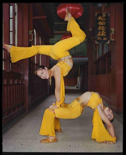 , 'Deux acrobates au Grand Monde, septembre 2002, Shanghai 上海大世界的两位杂技演员,2002年9月,上海,' 2002, Shanghai Gallery of Art