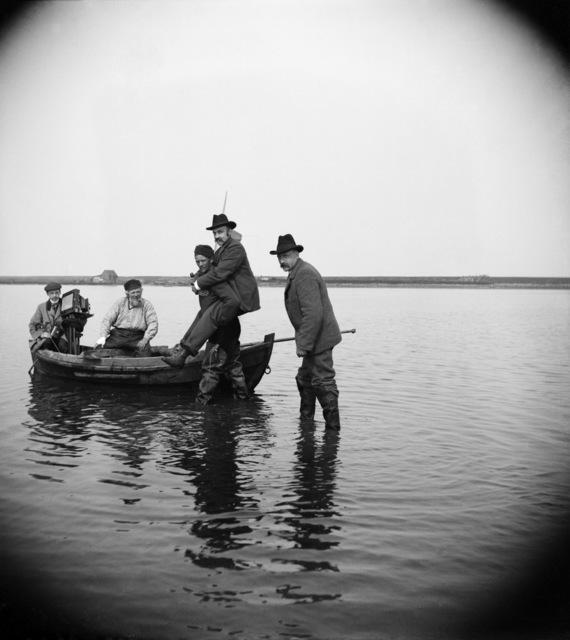 , 'Richard Tepe Wordt Naar Boot Gedragen Voor Vogelexcursie,' 1902, Nederlands Fotomuseum