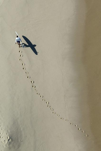 , 'Surfista a caminho do mar,' , Galeria Tempo