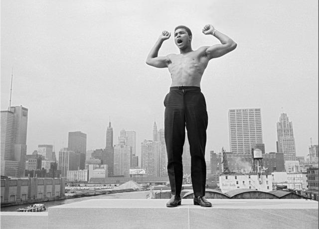 , 'Muhammad Ali on the bridge over Chicago,' 1966, Galeria de Babel