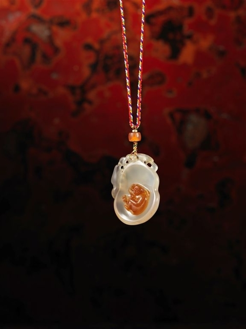 , '18|19世紀 巧色瑪瑙雕靈猴珮 A three-colour agate pendant carved with a monkey within a gourd form panel,' China: 18/19th century, Rasti Chinese Art