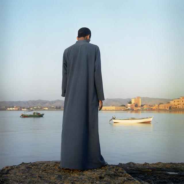 , 'Homme regardant la mer Rouge à el Qoseir,' 2003, Galerie Peter Sillem