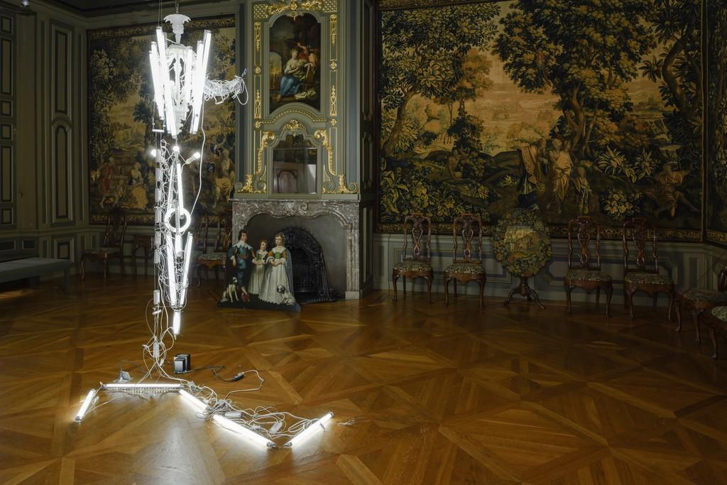 Yuichi Higashionna, Cesendello or Jack and the Beanstalk, 2015. Fluorescent lights, glass, led bubls, ballasts. Courtesy: Fondazione Berengo. Photo credit: Peter Cox.