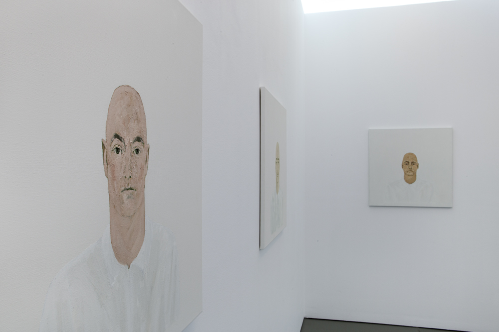 View into the correspondence exhibition by Harald Kohlmetz with his bust paintings; photo: Lukas Heibges