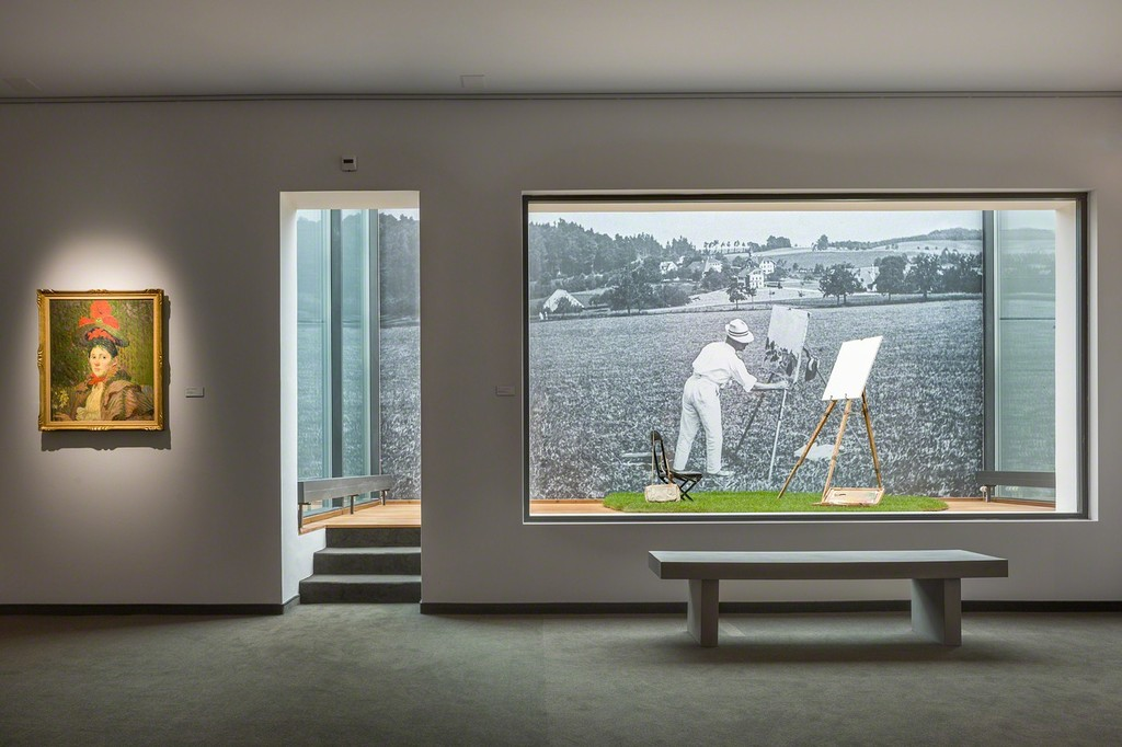 This monumental wall photograph shows Cuno Amiet painting on the Oschwand in 1922. In the same room we can find his original easel, chair, painting case and canvas bag (photo: Markus Beyeler)