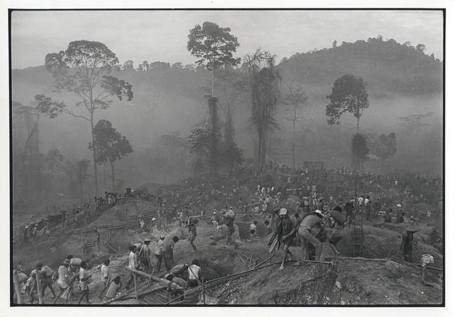, 'Gold Mining at Serra Pelada, Pará, 1980,' Vintage, Utópica