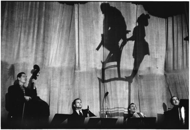 , '4. France. Paris. (Balancing act),' 1952, f22 foto space