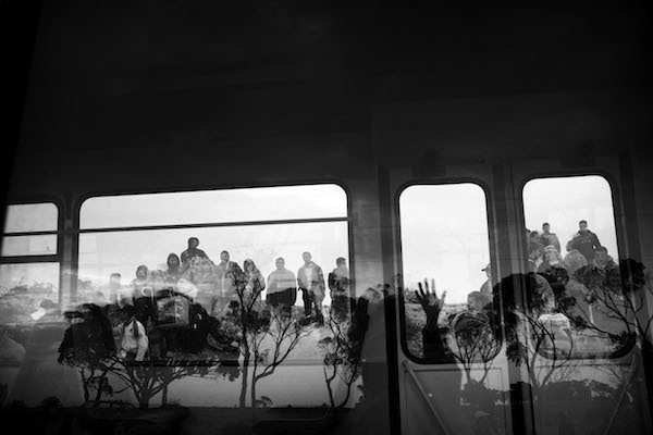 Paolo Pellegrin, Tunisian, Egyptian and other nationals flee Libya during fighting between rebels and pro Qaddafi forces and arrive at the border crossing in Ras Jdir near Ben Gardenne, Tunisia. 2011, 2011。(取自Artsy網頁)