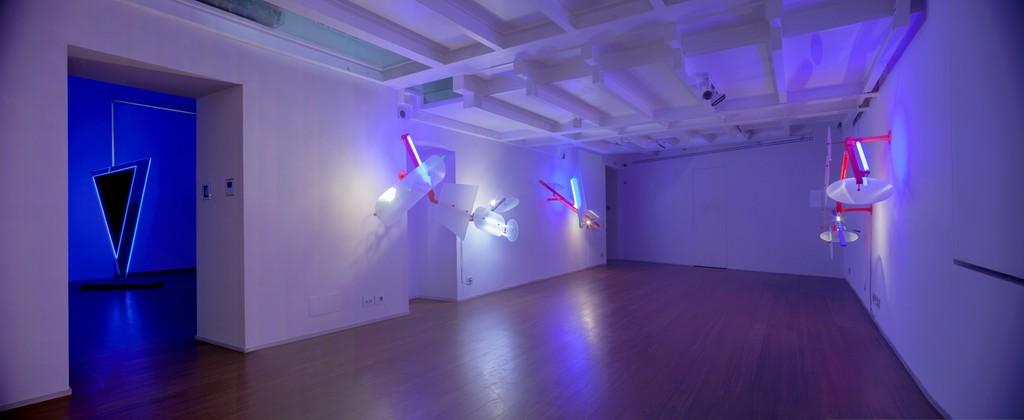 Nanda Vigo: Light Trek - ABC-ARTE Contemporary art Gallery - 2014-2015 Deep Space, 2014, 200 x 100 x 40 cm - 78 11/16 x 39 5/16 x 15 11/16 ins, specchio, vetro e luci neon Light Tree, 1984-85, 250 x 90 x 49 cm - 98 6/16 x 35 6/16 x 19 4/16 ins, ferro verniciato, tubi fluorescenti e alogene, vetro lavorato www.abc-arte.com