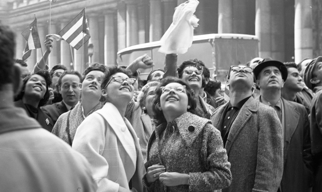 , 'Waiting to see Fidel Castro outside the Statler Hotel, New York. Tuesday, April 21, 1959,' 1959, Sous Les Etoiles Gallery