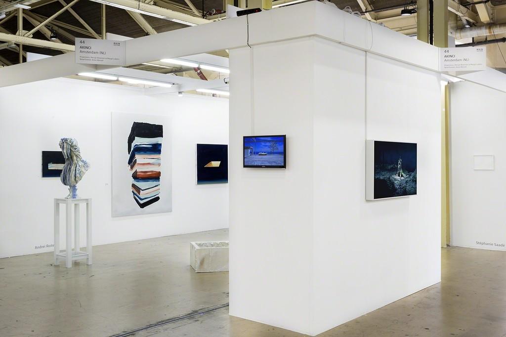 AKINCI @ Art Rotterdam, diagonal view with works by Inge Meijer, Broersen & Lukács, Anne Wenzel and Andrei Roiter, photo Renato Ghaizza