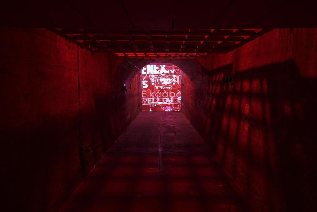 Priyanka Dasgupta & Chad Marshall, Passage, 2018, installation view, SculptureCenter, 2018. Cedar, mirrored plexiglass, video, sound. Voice: Monjula Datta, Moses Mabajoye. Sound mixing: Charles Okanlawon. Dimensions variable. Courtesy the artists. Photo: Kyle Knodell
