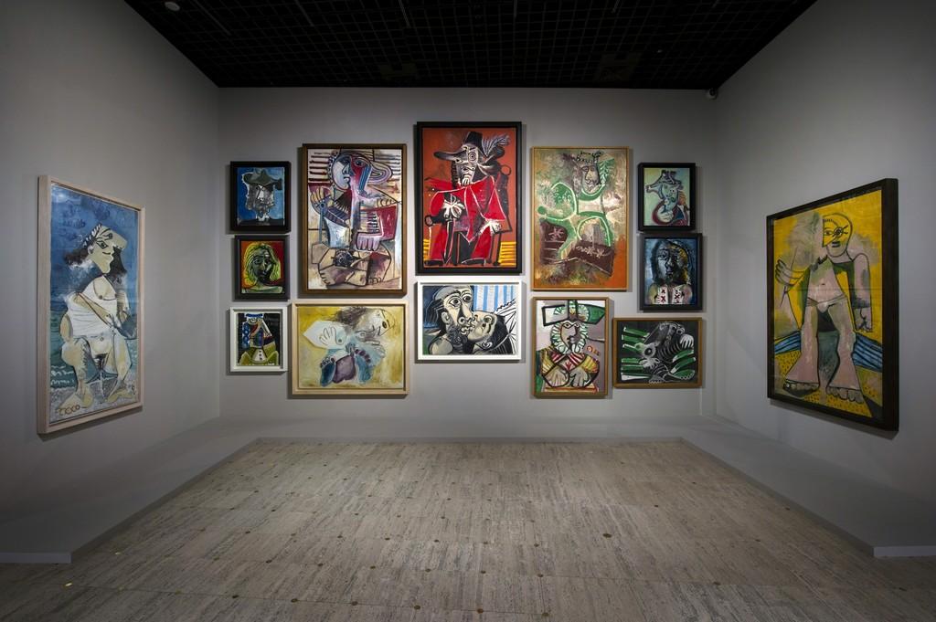 Vue de l'exposition Picasso.mania, scénographie bGc studio © Rmn-Grand Palais / Photo Didier Plowy, Paris 2015