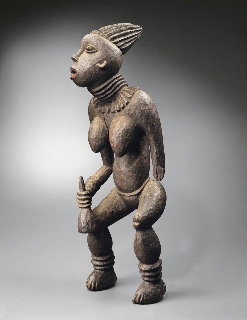 BANGWA - CAMEROUN Statue Lefem à l'effigie d'une princesse Bois et pigments. H: 85cm  Inv. n°3343  Collectée par Gustav Conrau en 1898. © Archives Musée Dapper - Photo Hughes Dubois.