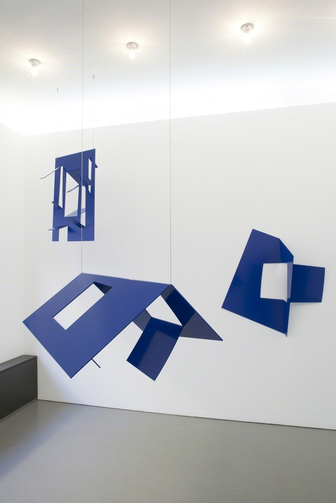Exhibition view of 'Blauer Salon' by Ursula Sax: the spatial relation among the hanging sculptures interpreted by  Lukas Heibges (photo); left: 'Untitled (Tafel 0)', center: 'Haus' and right: 'Ausgang'