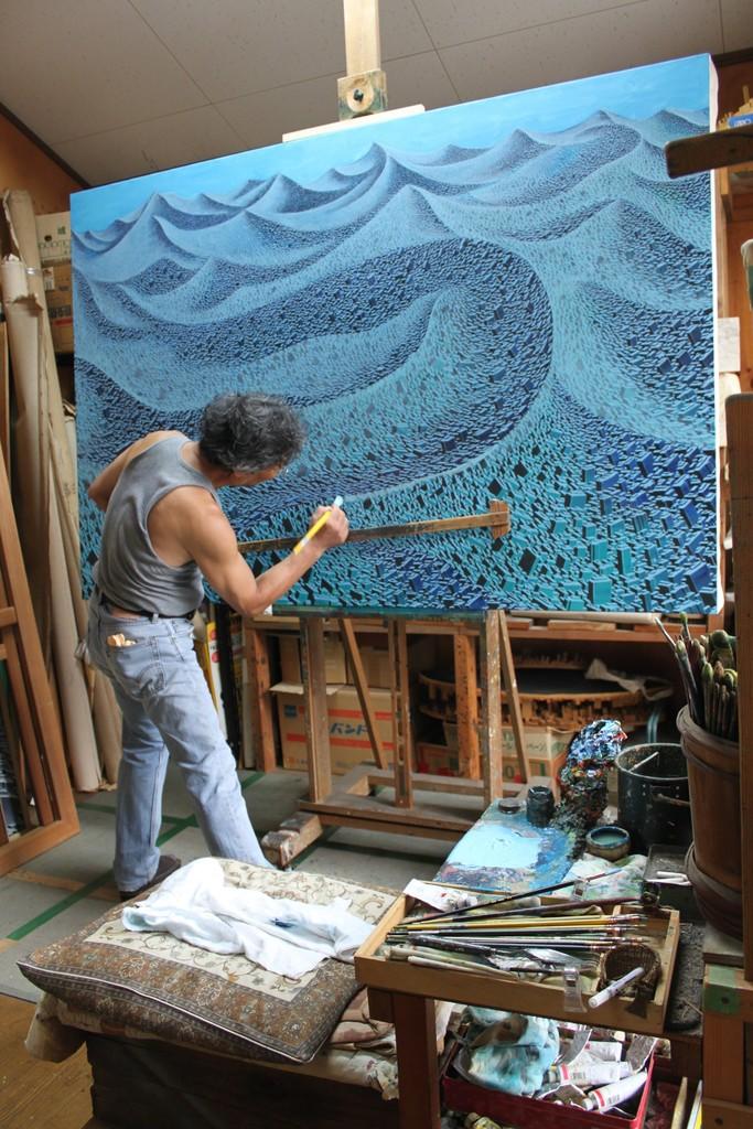 Satoshi Koyama working in his studio