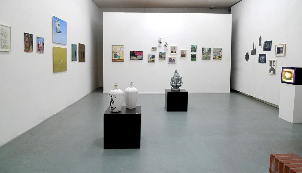 Overview of backroom with on the pedestals two painted vases by Nare Eloyan and one ceramic sculpture by Elmar Trenkwalder