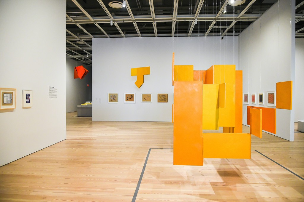 Hanging sculptures, left to right: P58 Spatial Relief, Red (P58 Relevo especial, vermêlho), 1960 by Hélio Oiticica; P52 Spatial Relief (P52 Relevo especial), 1960 by Hélio Oiticica; NC6 Medium Nucleus 3 (NC6 Núcleo médio 3), 1961-63 by Hélio Oiticica (Hélio Oiticica: To Organize Delirium, July 14-October 1, 2017). Whitney Museum of American Art, New York. Photograph by Matt Casarella