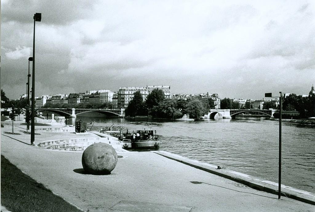 Black Sphere, cement on steel armature, Les Bords de Seine, Paris. Photo Andrea Sarti