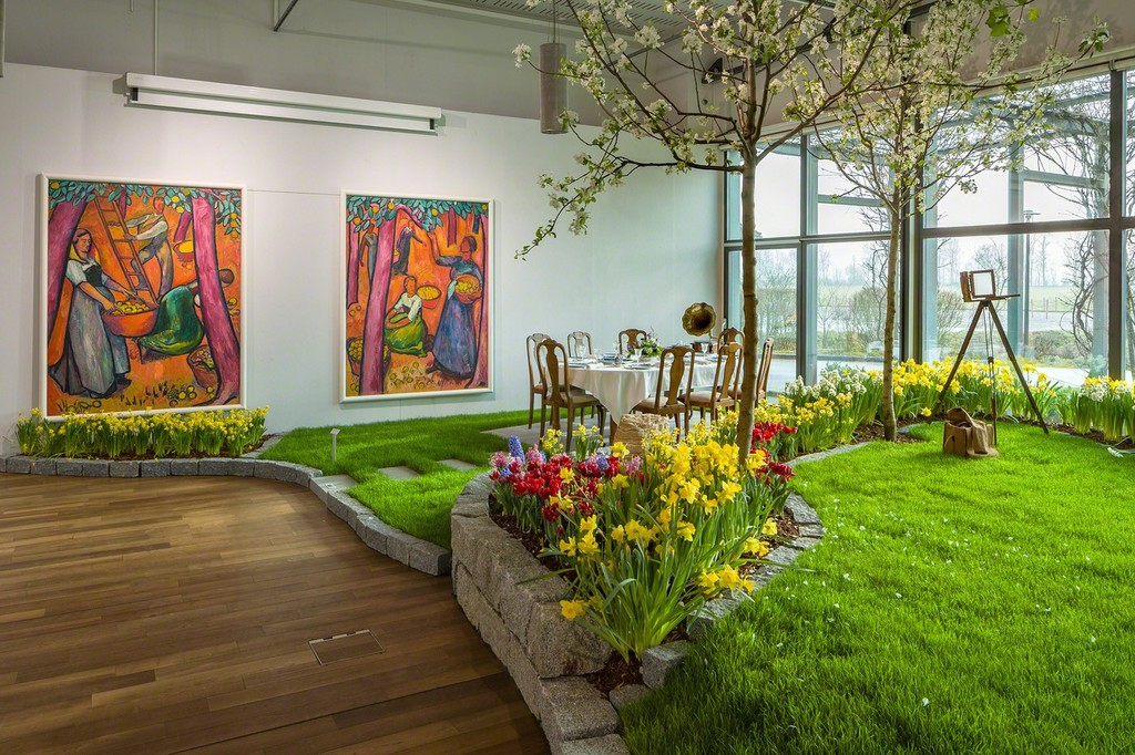 The artist's garden of the Oschwand recreated in the grand hall of bromer kunst – with Amiet's monumental paintings of the fruit harvest behind (photo: Markus Beyeler)