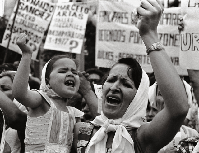 Adriana Lestido, 'Madre e hija de Plaza de Majo ', 1982, °CLAIR Galerie