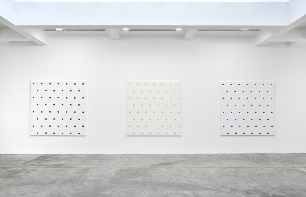 Niele Toroni, En passant; Installation View; Galerie Marian Goodman, Paris; March 5 – April 16, 2016
