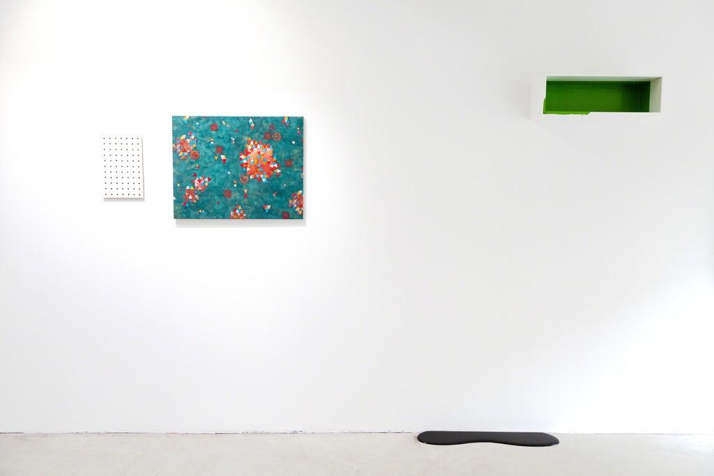exhibition view Chosen from the Collector's List at DAS ESSZIMMER: (left) Tom Früchtl, (right and on floor) Rainer Splitt | image: ©das_esszimmer