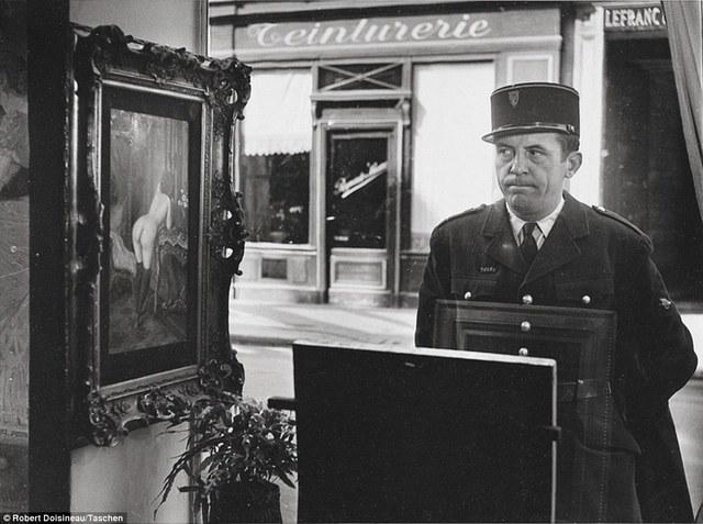 Robert Doisneau, 'Un Regard Oblique, in front of the Gallery Romi, Rue de Seine, Paris', 1948/1980, Contemporary Works/Vintage Works