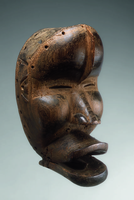 , 'Grand masque à nervure frontale et mâchoire inférieure articulée (Large mask with frontal rib and articulated lower jaw),' c. 1930, Musée du quai Branly