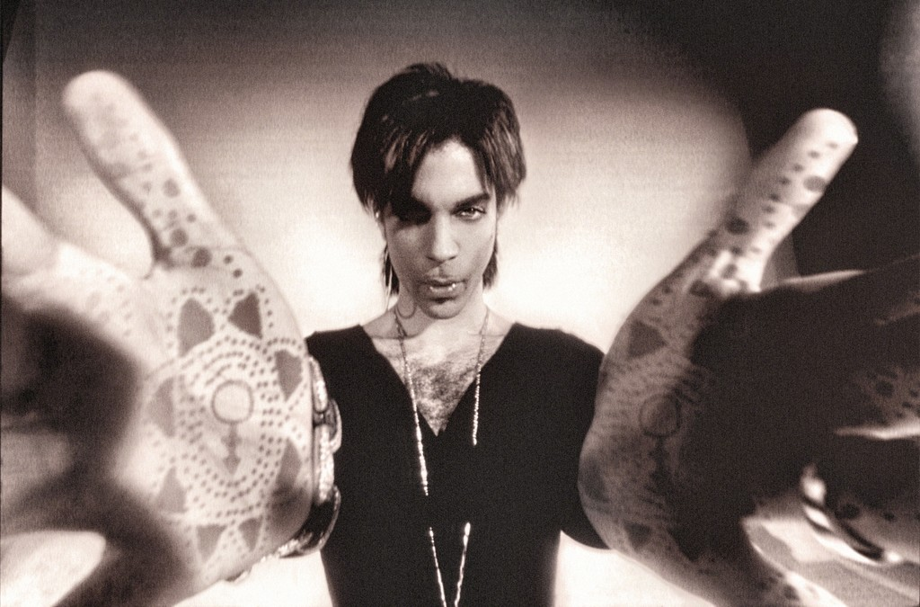 Prince, hands out