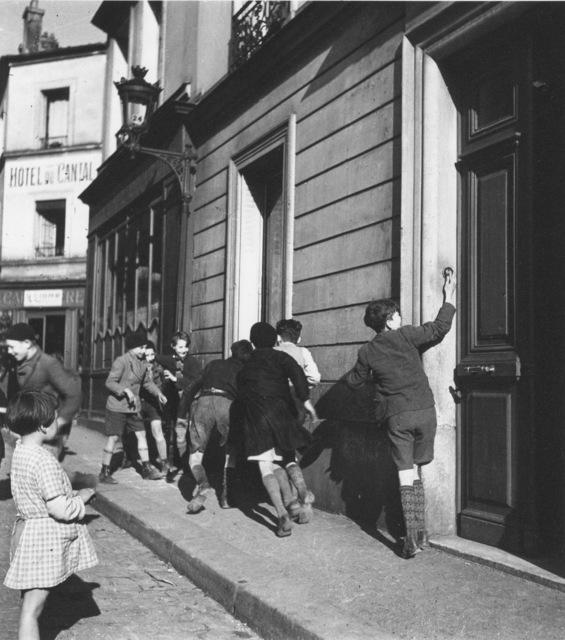 Robert Doisneau, 'La sonnette', 1934, Argentic