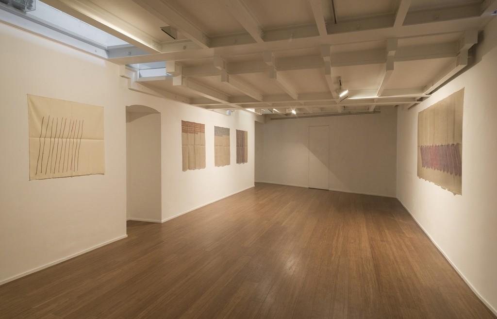 Giorgio Griffa : Esonerare il Mondo , To relieve the world– ABC-ARTE Contemporary art Gallery – 2015  Obliquo 1978, 90 x 97 cm - 35 3/8 x 38 1/4 in, acrylic on cotton Segni orizzontali 1974, 100 x 100 cm - 39 3/8 x 39 3/8 in, acrylic on juta Segni orizzontali 1974, 100 x 100 cm - 39 3/8 x 39 3/8 in, acrylic on juta Verticale 1977 , 100 x 100 cm - 39 3/8 x 39 3/8 in,  acrylic on juta Obliquo 1977, 119 x 235 cm - 46 7/8 x 92 1/2,  ww.abc-arte.com
