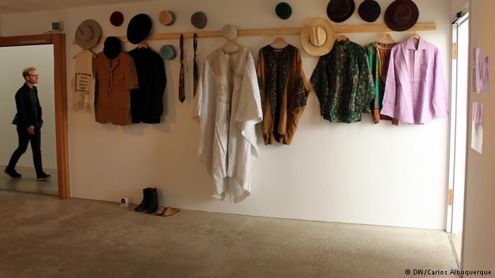 Installation of original clothing worn by Ali Farka Touré. © DW/ Carlos Albuquerque