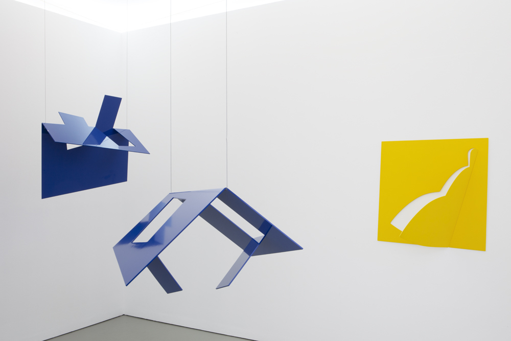 Left: 'Dach / Roof' from 2017, front: 'Haus / House' (2017), and yellow wall sculpture: 'Derwisch / Dervish' from 1988; Photo: Lukas Heibges
