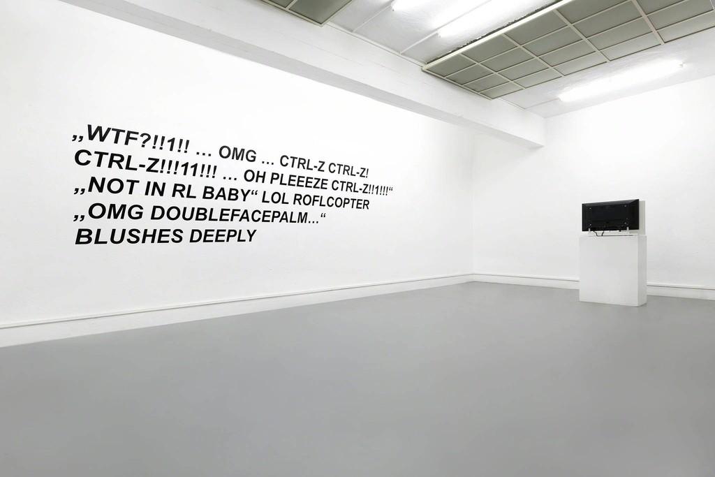 Florian Kuhlmann: 4Chan, Arial on whitewall, 2017 Kilian Kretschmer: Fingern, Videoinstallation, 2017