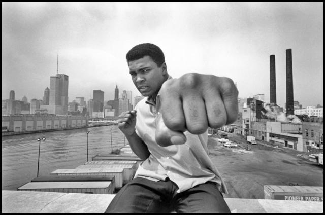 , 'Muhammad Ali showing off his left fist over Chicago's skyline,' 1966, Galeria de Babel