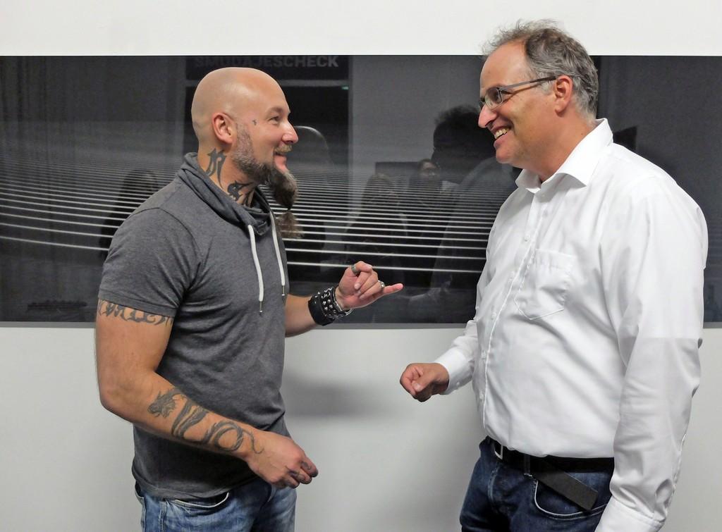 Chris Tille with Dr. Torsten Enßlin (Astrophysicist at Max-Planck-Institut, Munich) in front of Big Bang II. Foto © Ines Wagner