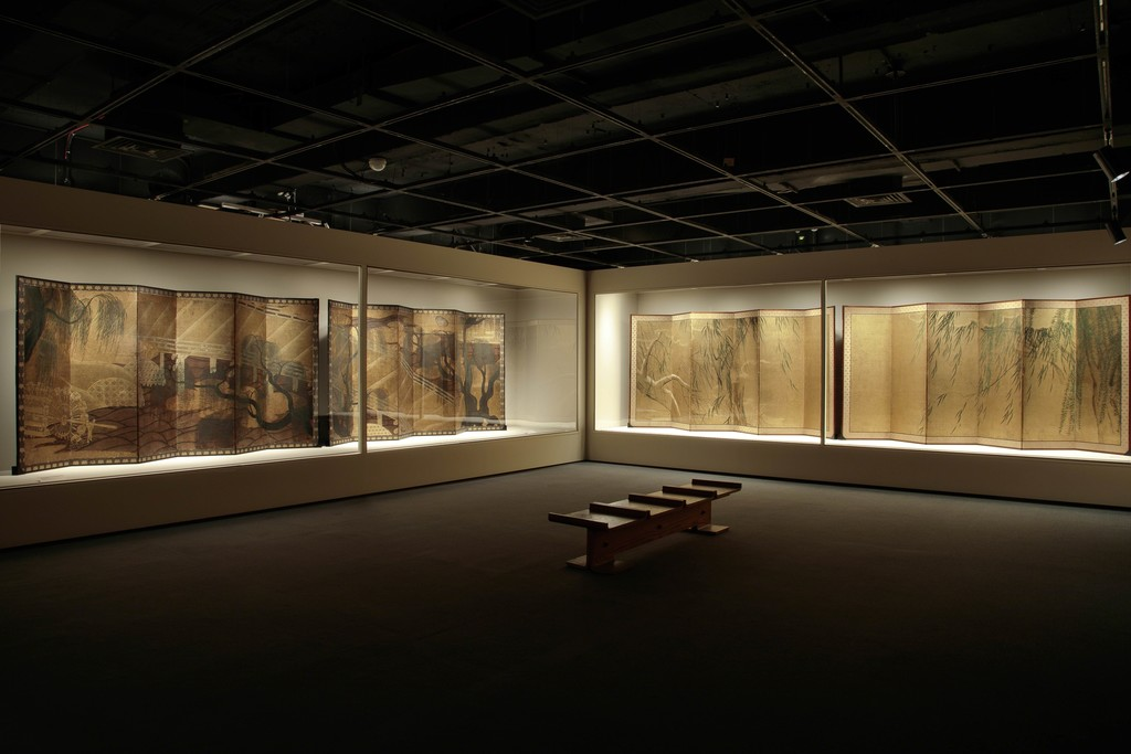 Installation view of Hasegawa School, Willow, Bridge, and Waterwheel, Momoyama period. Pair of six-panel folding screens; ink, color, and gold on paper. Jane and Raphael Bernstein, New Jersey. and Hasegawa Tōhaku, Willows in Four Seasons, Azuchi–Momoyama period. Pair of six-panel folding screen; ink, color, and gold on paper. London Gallery, Japan. © Richard Goodbody