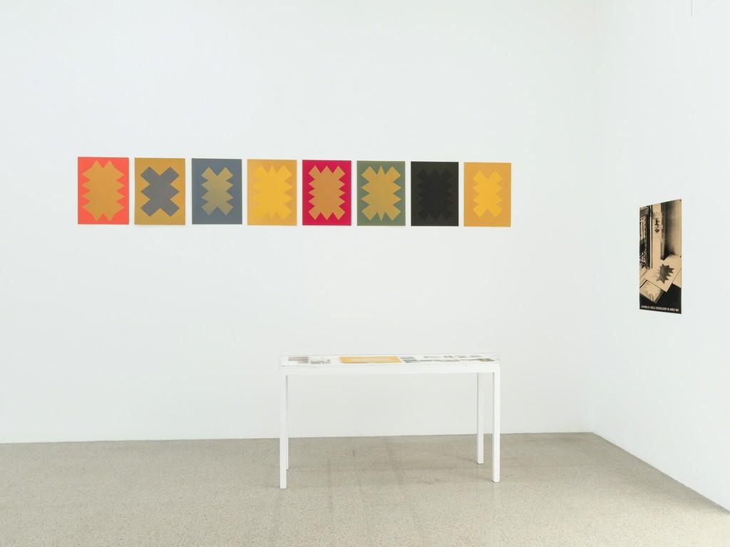 Ausstellungsansicht / Installation view Ernst Caramelle. Ein Résumé / A Résumé, mumok, 30.11.2018–28.4.2018 Bildmitte / In the center: Untitled, 1988–1999, Sonne auf Papier / Sun on paper Photo: Klaus Pichler © mumok