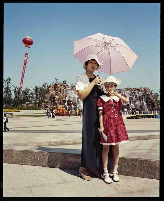 , 'Mère et fille, un dimanche d'été, à Dong Fang Lü Zhou, octobre 2002, Shanghai 母女,夏季的一个周日,在东方绿舟,2002年10月,上海,' 2002, Shanghai Gallery of Art