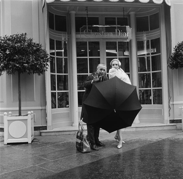 , 'Willy Maywald vor dem Atelier von Christian Dior,' 1954, Museum für Fotografie