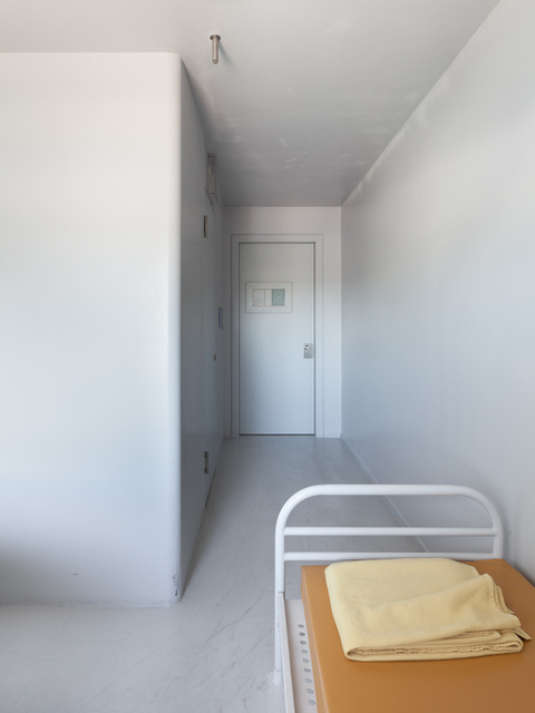 , 'Voor vrij Nederland (immigration detention, location Schiphol) right image,' 2015, Van Kranendonk