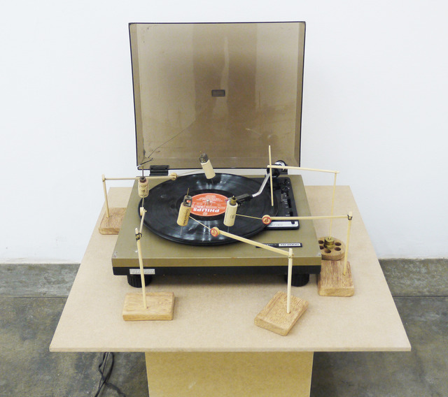 O Grivo, 'Radiola # 04', 2009, Installation, Radiogramophone, vinyl record, wood, wire and cotton line, Galeria Nara Roesler