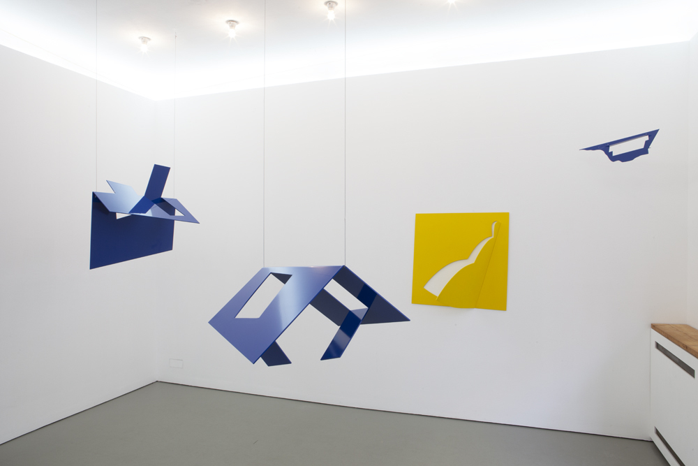 Left: 'Dach / Roof' from 2017, front: 'Haus / House' (2017), yellow wall sculpture: 'Derwisch / Dervish' from 1988 and right: 'Blauer Vogel / Blue Bird (1:2) from 2015; Photo: Lukas Heibges